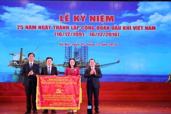 dong-chi-nguyen-quoc-khanh-tang-lanh-dao-cong-doan-buc-truong-ky-niem-25-nam